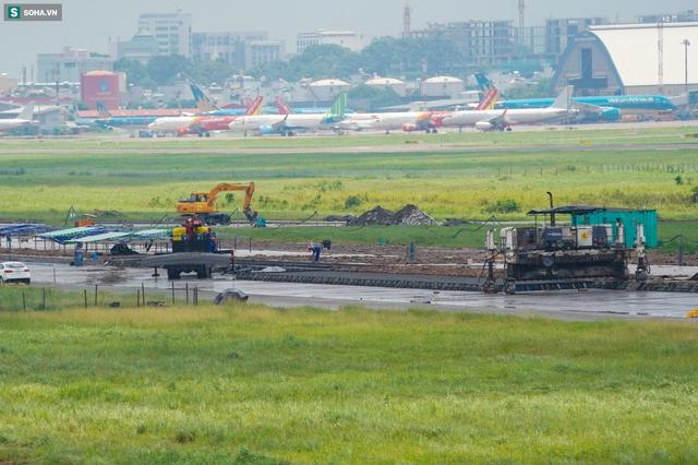 [Ảnh] Máy xúc xới tung đường băng tại sân bay Tân Sơn Nhất - Ảnh 1.