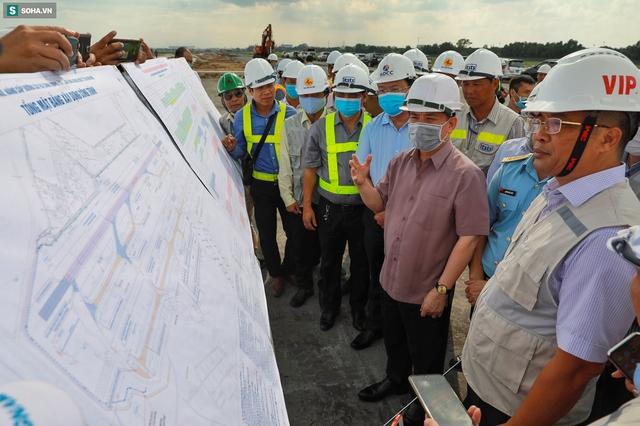 [Ảnh] Máy xúc xới tung đường băng tại sân bay Tân Sơn Nhất - Ảnh 2.