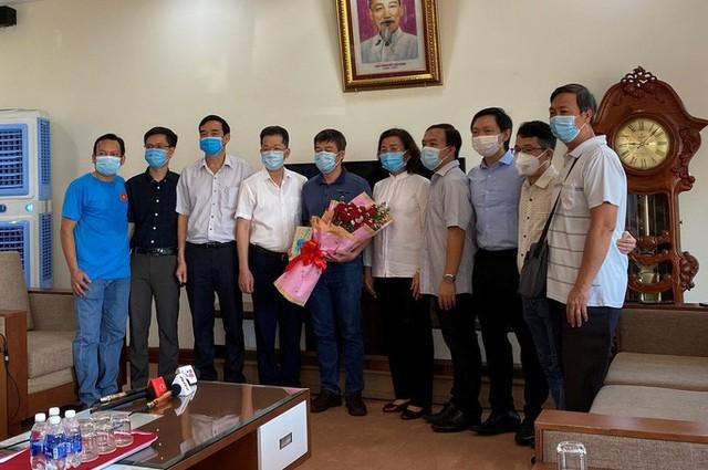 Xúc động giây phút chia tay đoàn y, bác sĩ Bệnh viện Chợ Rẫy rời Đà Nẵng - Ảnh 1.