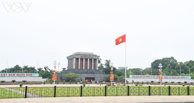 Ảnh: Thủ đô Hà Nội rực màu cờ Tổ quốc chào đón Quốc khánh 2/9 - Ảnh 1.