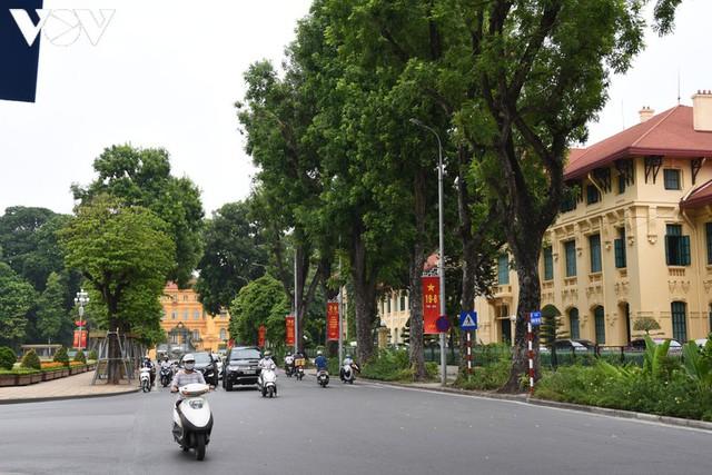 Ảnh: Thủ đô Hà Nội rực màu cờ Tổ quốc chào đón Quốc khánh 2/9 - Ảnh 2.