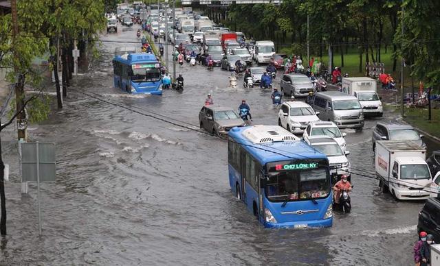 Cửa ngõ Sài Gòn ngập sâu, xe cộ chết máy hàng loạt trên đường - Ảnh 1.