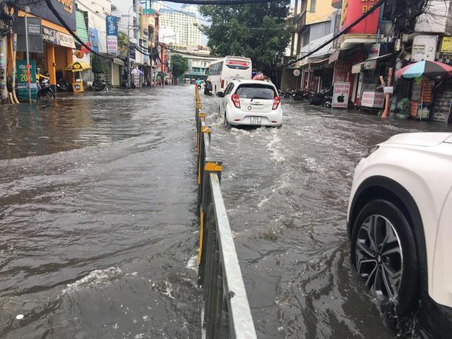 Cửa ngõ Sài Gòn ngập sâu, xe cộ chết máy hàng loạt trên đường - Ảnh 2.