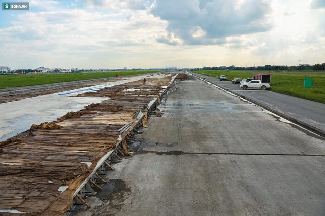 [Ảnh] Máy xúc xới tung đường băng tại sân bay Tân Sơn Nhất - Ảnh 11.
