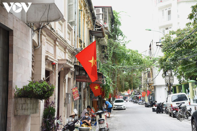 Ảnh: Thủ đô Hà Nội rực màu cờ Tổ quốc chào đón Quốc khánh 2/9 - Ảnh 12.