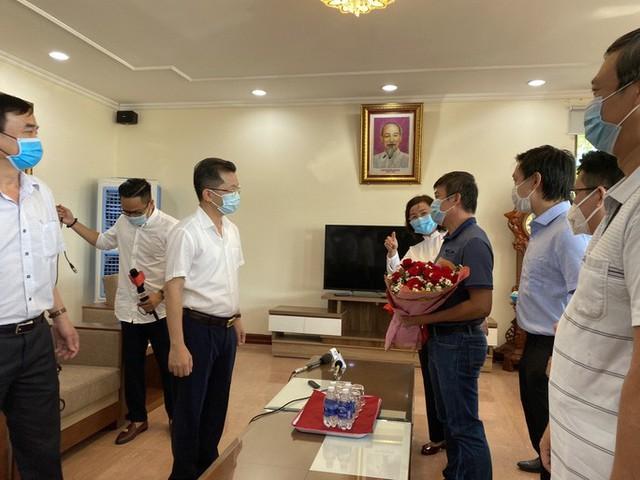 Xúc động giây phút chia tay đoàn y, bác sĩ Bệnh viện Chợ Rẫy rời Đà Nẵng - Ảnh 2.