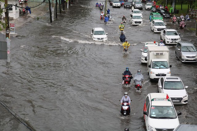 Cửa ngõ Sài Gòn ngập sâu, xe cộ chết máy hàng loạt trên đường - Ảnh 3.
