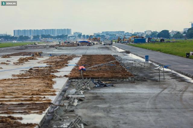 [Ảnh] Máy xúc xới tung đường băng tại sân bay Tân Sơn Nhất - Ảnh 4.
