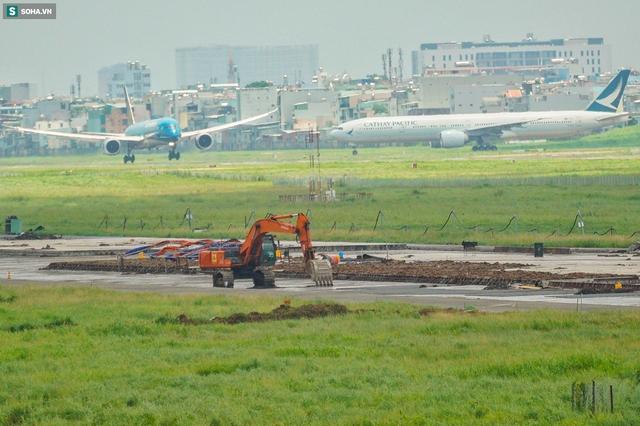 [Ảnh] Máy xúc xới tung đường băng tại sân bay Tân Sơn Nhất - Ảnh 5.