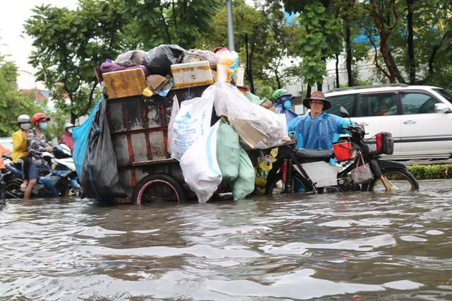 Cửa ngõ Sài Gòn ngập sâu, xe cộ chết máy hàng loạt trên đường - Ảnh 5.