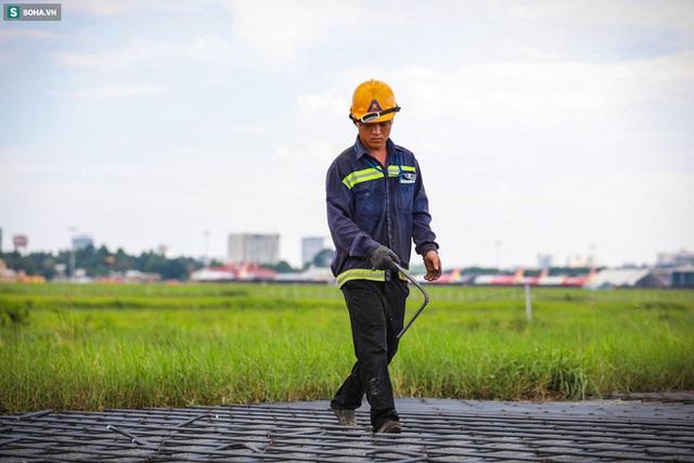 [Ảnh] Máy xúc xới tung đường băng tại sân bay Tân Sơn Nhất - Ảnh 6.