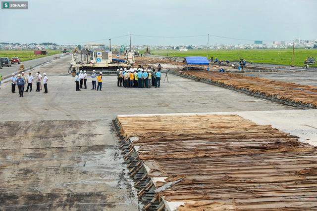 [Ảnh] Máy xúc xới tung đường băng tại sân bay Tân Sơn Nhất - Ảnh 7.
