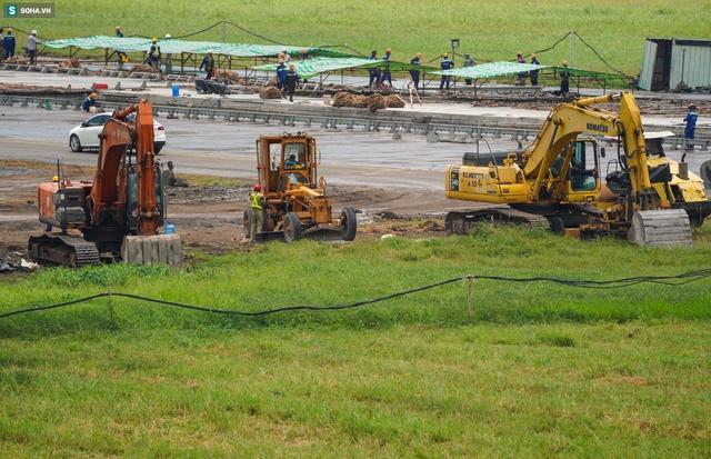 [Ảnh] Máy xúc xới tung đường băng tại sân bay Tân Sơn Nhất - Ảnh 8.