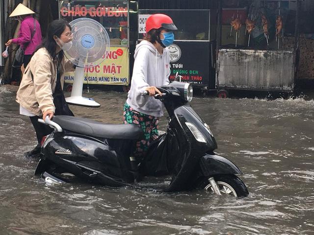 Cửa ngõ Sài Gòn ngập sâu, xe cộ chết máy hàng loạt trên đường - Ảnh 8.