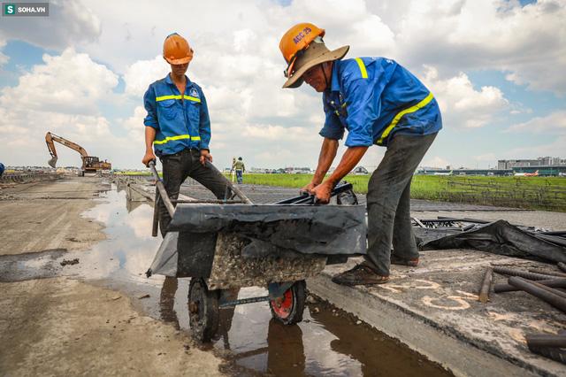 [Ảnh] Máy xúc xới tung đường băng tại sân bay Tân Sơn Nhất - Ảnh 9.