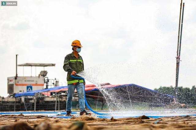 [Ảnh] Máy xúc xới tung đường băng tại sân bay Tân Sơn Nhất - Ảnh 10.