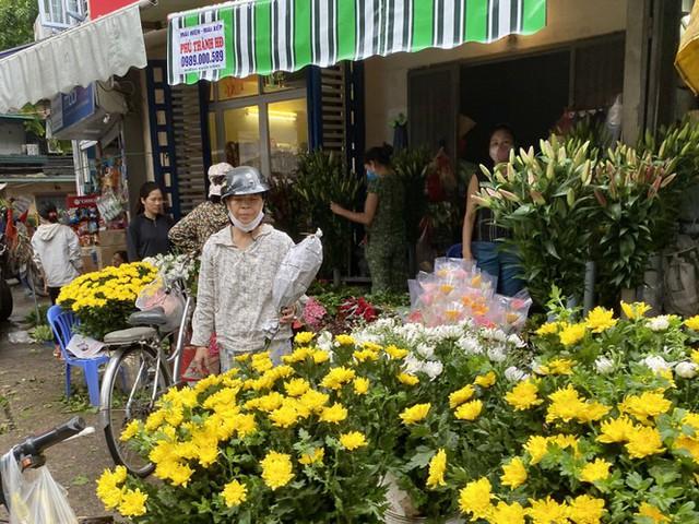 Hoa tươi tăng giá ngày Rằm, hoa quả nhập rẻ bất ngờ - Ảnh 1.
