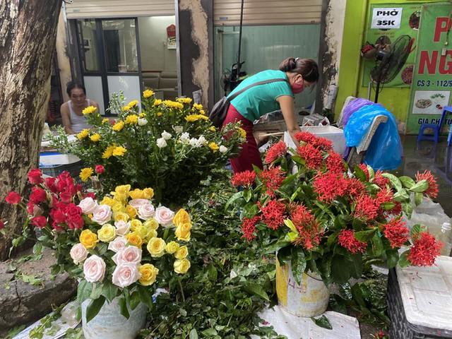 Hoa tươi tăng giá ngày Rằm, hoa quả nhập rẻ bất ngờ - Ảnh 2.
