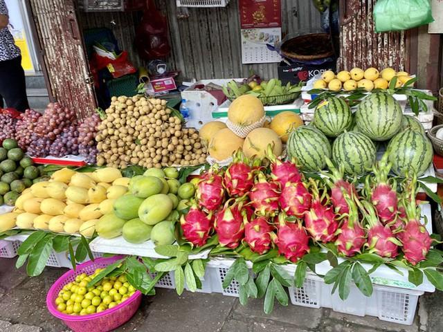 Hoa tươi tăng giá ngày Rằm, hoa quả nhập rẻ bất ngờ - Ảnh 5.