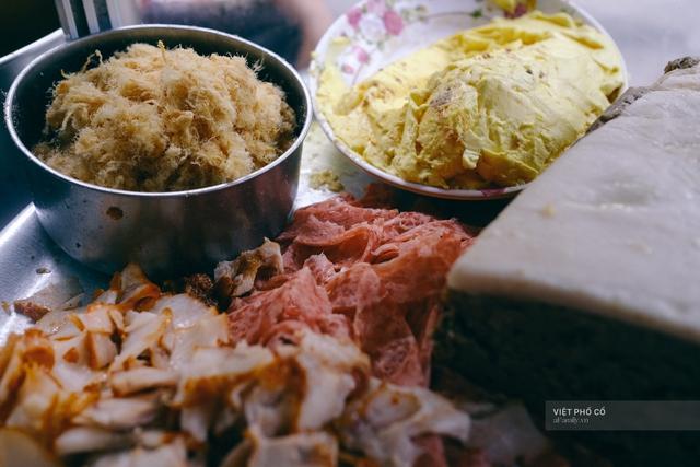 Hàng bánh mì Hà Nội có từ thời bao cấp, mỗi ngày bán 400 chiếc, ngay trung tâm phố cổ nhưng giá chỉ 10 ngàn - Ảnh 8.