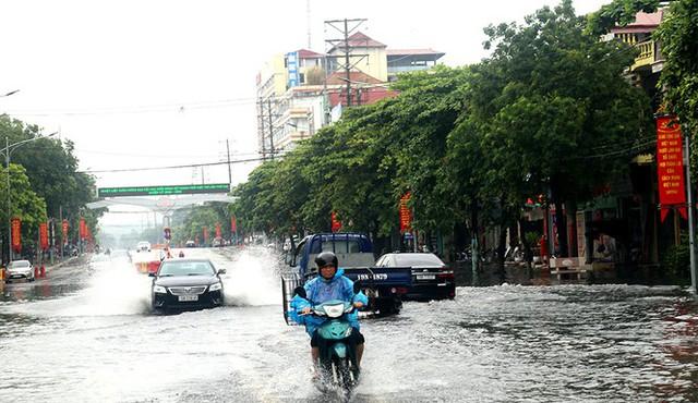 Mưa lớn ở Phú Thọ, TP. Việt Trì ngập trong biển nước, nhiều xã bị cô lập - Ảnh 1.