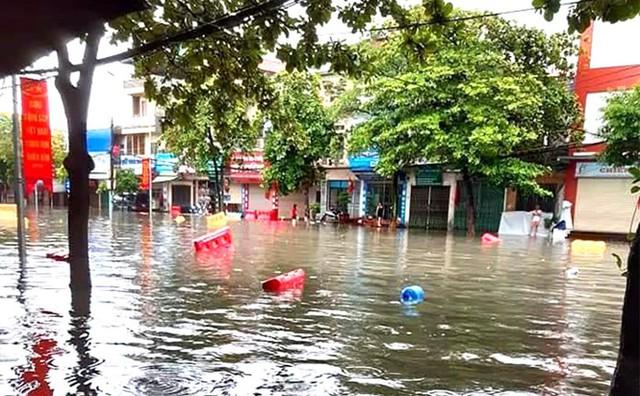Mưa lớn ở Phú Thọ, TP. Việt Trì ngập trong biển nước, nhiều xã bị cô lập - Ảnh 2.