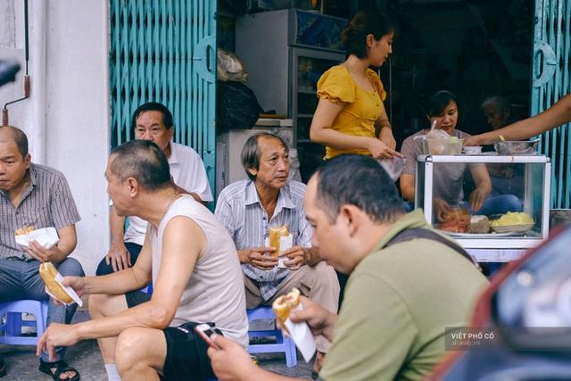 Hàng bánh mì Hà Nội có từ thời bao cấp, mỗi ngày bán 400 chiếc, ngay trung tâm phố cổ nhưng giá chỉ 10 ngàn - Ảnh 3.