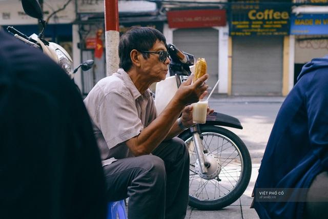 Hàng bánh mì Hà Nội có từ thời bao cấp, mỗi ngày bán 400 chiếc, ngay trung tâm phố cổ nhưng giá chỉ 10 ngàn - Ảnh 4.
