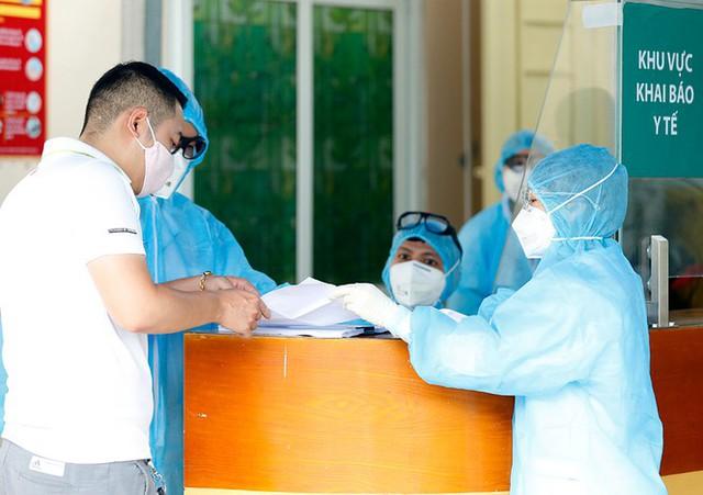 Bệnh viện Bạch Mai tăng cường bảo vệ thế nào khi dịch COVID-19 bùng phát? - Ảnh 12.
