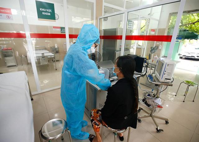Bệnh viện Bạch Mai tăng cường bảo vệ thế nào khi dịch COVID-19 bùng phát? - Ảnh 13.