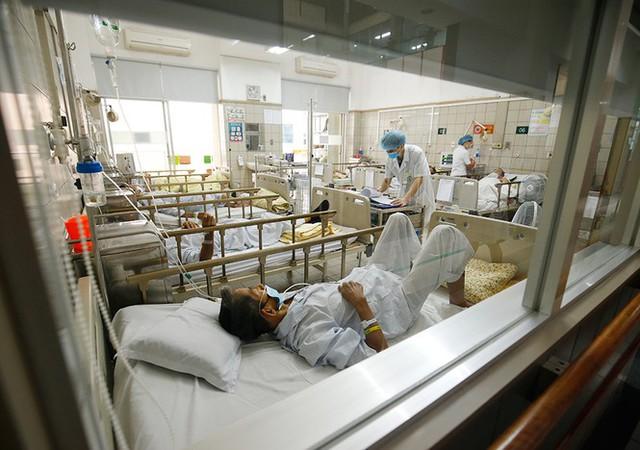 Bệnh viện Bạch Mai tăng cường bảo vệ thế nào khi dịch COVID-19 bùng phát? - Ảnh 16.