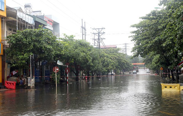 Mưa lớn ở Phú Thọ, TP. Việt Trì ngập trong biển nước, nhiều xã bị cô lập - Ảnh 3.