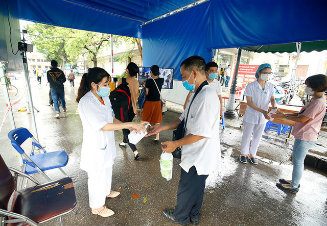 Bệnh viện Bạch Mai tăng cường bảo vệ thế nào khi dịch COVID-19 bùng phát? - Ảnh 3.