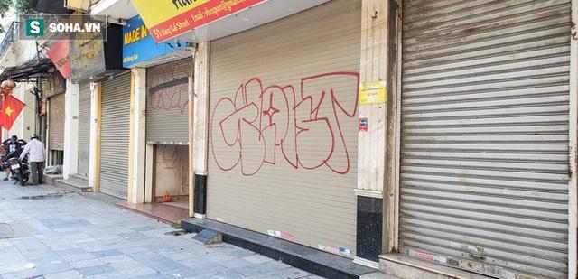 Cảnh tượng trái ngược đến xót xa tại phố lụa sầm uất Hà Nội, lác đác hàng rong nghỉ chân - Ảnh 3.