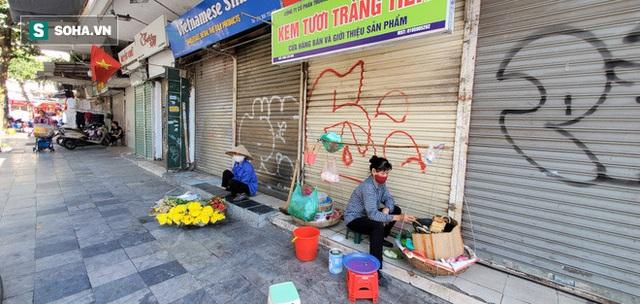 Cảnh tượng trái ngược đến xót xa tại phố lụa sầm uất Hà Nội, lác đác hàng rong nghỉ chân - Ảnh 4.