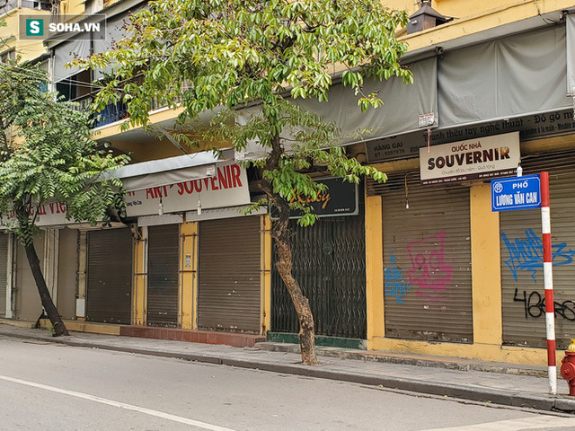 Cảnh tượng trái ngược đến xót xa tại phố lụa sầm uất Hà Nội, lác đác hàng rong nghỉ chân - Ảnh 5.