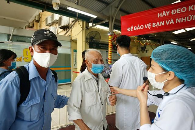 Bệnh viện Bạch Mai tăng cường bảo vệ thế nào khi dịch COVID-19 bùng phát? - Ảnh 7.