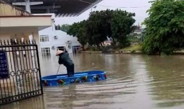 Mưa lớn trong nhiều giờ, TP. Điện Biên Phủ ngập trong biển nước - Ảnh 1.