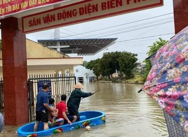 Mưa lớn trong nhiều giờ, TP. Điện Biên Phủ ngập trong biển nước - Ảnh 8.
