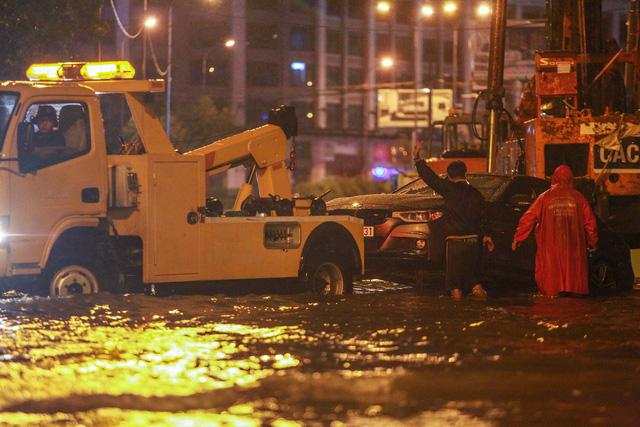 [ẢNH] Người Sài Gòn khổ sở trong biển nước, Mercedes, Audi nằm dài chờ cứu hộ từ đêm tới sáng - Ảnh 1.