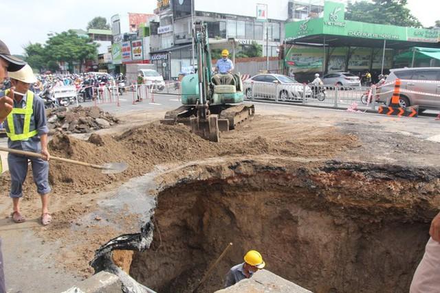 Dưới hố sâu vừa xuất hiện ở góc Phan Văn Trị - Nguyễn Oanh, có gì?  - Ảnh 3.