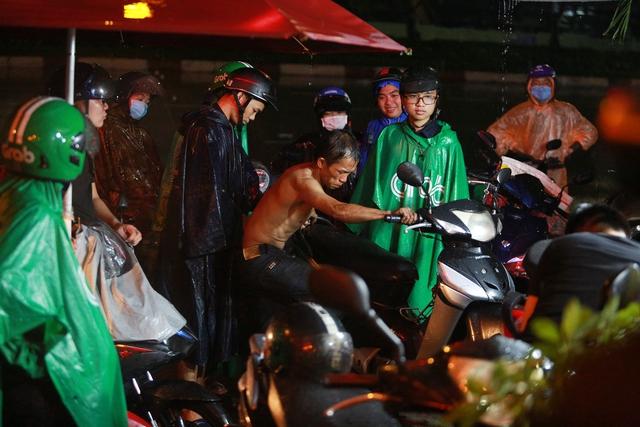 [ẢNH] Người Sài Gòn khổ sở trong biển nước, Mercedes, Audi nằm dài chờ cứu hộ từ đêm tới sáng - Ảnh 7.