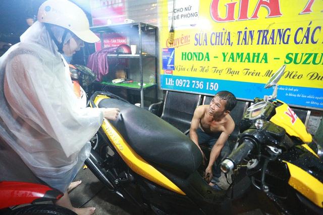 [ẢNH] Người Sài Gòn khổ sở trong biển nước, Mercedes, Audi nằm dài chờ cứu hộ từ đêm tới sáng - Ảnh 10.