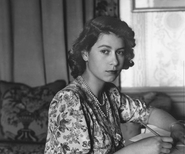 Một loạt ảnh hiếm thời trẻ của Nữ hoàng Anh cho thấy bà đích thực là tuyệt sắc giai nhân với khí chất khó ai sánh bằng - Ảnh 1.