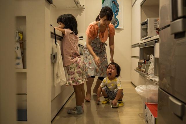 Tại sao không chỉ đàn ông mà phụ nữ Nhật cũng tán thành quan điểm lấy chồng sinh con là phải nghỉ việc? - Ảnh 1.