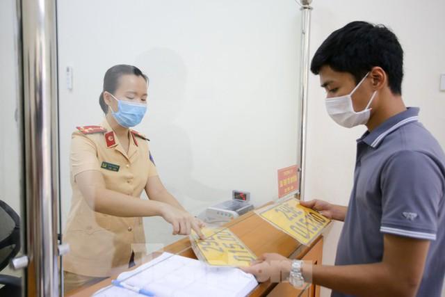Cận cảnh thủ tục xe biển vàng được cấp đổi trong tuần đầu tiên triển khai ở Hà Nội - Ảnh 12.