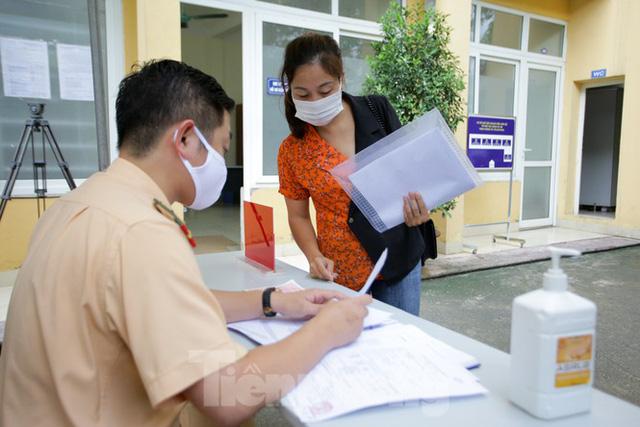 Cận cảnh thủ tục xe biển vàng được cấp đổi trong tuần đầu tiên triển khai ở Hà Nội - Ảnh 3.