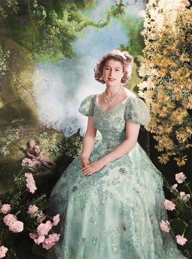 Một loạt ảnh hiếm thời trẻ của Nữ hoàng Anh cho thấy bà đích thực là tuyệt sắc giai nhân với khí chất khó ai sánh bằng - Ảnh 4.