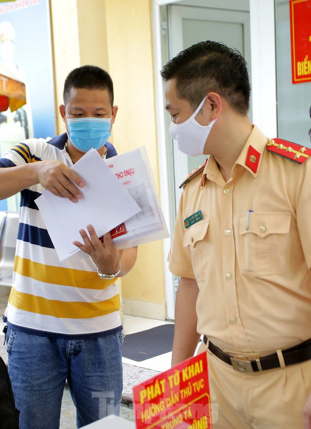 Cận cảnh thủ tục xe biển vàng được cấp đổi trong tuần đầu tiên triển khai ở Hà Nội - Ảnh 4.