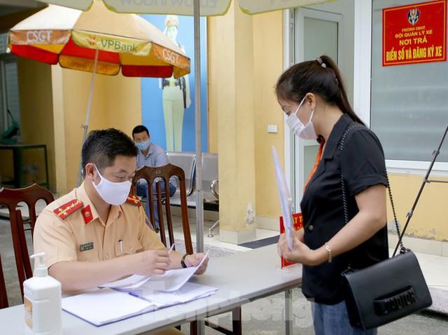 Cận cảnh thủ tục xe biển vàng được cấp đổi trong tuần đầu tiên triển khai ở Hà Nội - Ảnh 5.